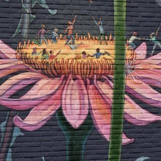 L'art dans la ville: la fresque fleurie de Mona est éclose