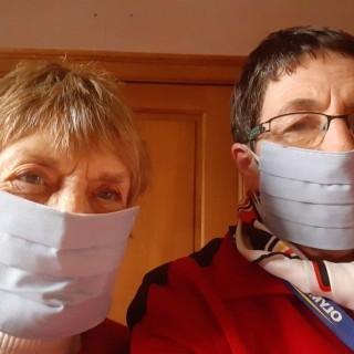 Liliane réalise des masques en tissus